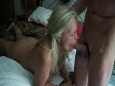 Ouwe moeder pijpt lul van haar zoon