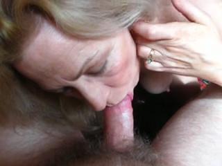 Oma gaat haar zoon pijpen