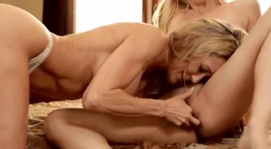 Brandi Love likt Tara Morgan's zoete kutje